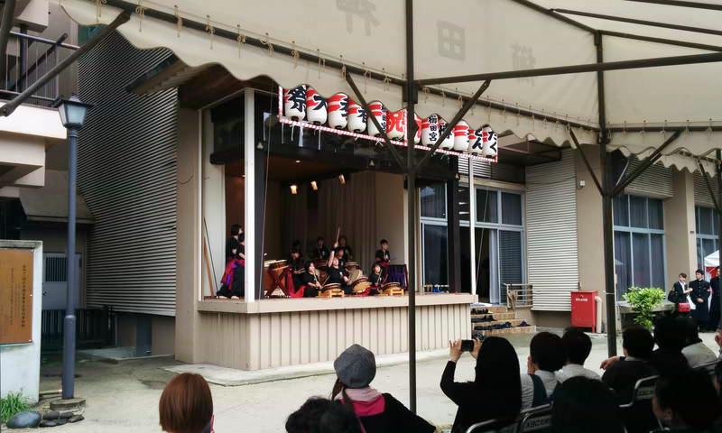 櫛田神社の舞台は狭くて暑かったそうです。天気が良ければ、舞台の前で演奏する予定でした。